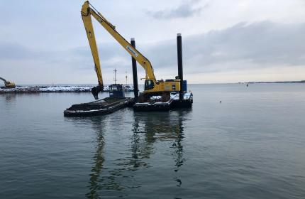 Pontoon Digger with a 72 ton maschine